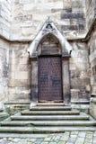 Dokonanego żelaza rocznika drzwi i kamienni kroki kościół Fotografia Stock