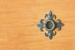 Dokonanego metalu pierścionek na drewnianym drzwi z bliska Fotografia Royalty Free