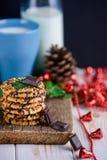 Dokrętek ciastka z lodowaceniem i filiżanką mleko Zdjęcie Stock
