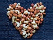 Dokrętki serce na ciemnym tle Migdał, nerkodrzew, hazelnut dokrętki Żywność organiczna sztandaru nieociosany szablon Obraz Stock