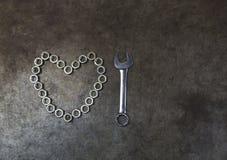 Dokrętki serce z kombinaci wyrwaniem na metalu tle T Obrazy Royalty Free