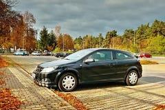 Doksy, Macha ` s ziemia, republika czech - Październik 29, 2016: czarny samochód na nowym parking blisko Macha ` s jeziora Obrazy Royalty Free