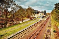 Doksy, terre du ` s de Macha, République Tchèque - 29 octobre 2016 : Dépistez le numéro 080 à la gare ferroviaire Doksy dans la r Photographie stock libre de droits