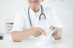 Dokter die bloedonderzoekresultaten tonen royalty-vrije stock fotografie