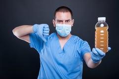 Dokter die gezichtsmasker dragen die verontreinigd water en afkeer tonen stock afbeelding