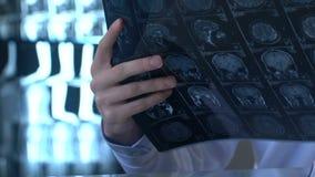 Doktersintern die hersenen x-ray beeld, het onderzoek van de studentenanatomie, neurologie analyseren stock video