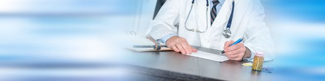 Doktor übergibt Schreiben stockbild
