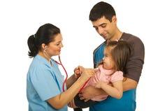 Doktor überprüfen Kleinkindmädchen lizenzfreie stockfotos