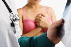Doktor überprüfen Röntgenstrahlplättchen und nervöse Frau Lizenzfreies Stockbild