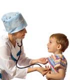 Doktor überprüft den Patienten Stockfotos
