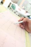 Doktor überprüft einen ernsthaft kranken Patienten ECG Stockfotografie