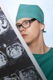 Doktor überprüft menschliches Gehirn des Röntgenstrahls Lizenzfreies Stockfoto