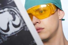 Doktor überprüft menschliches Gehirn des Röntgenstrahls Stockbild