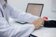 Doktor überwacht die Symptome des Patienten lizenzfreie stockfotos