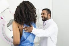 Doktor Assisting Young Woman som genomgår Mammogramprovet Royaltyfria Foton