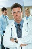 Doktor auf Krankenhausflur lizenzfreie stockbilder