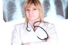 Doktor auf Röntgenstrahlabbildunghintergrund lizenzfreies stockfoto