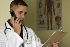 Doktor auf seinem Handy Lizenzfreies Stockfoto