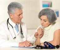 doktor bada pacjentkę Zdjęcie Royalty Free