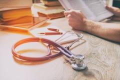 Doktor bereitet sich für die Prüfung vor Stockfotos