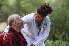 Doktor Caring For Patient Stockfoto