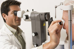 Doktor Checking Patients Glaukom Eyesfor Lizenzfreie Stockbilder
