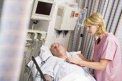 Doktor Checking Patients Heartbeat Lizenzfreie Stockfotos