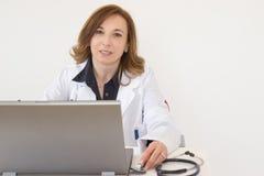 Doktor am Computer stockbild
