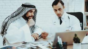 Doktor Consulting Arabic Man som besöker sjukhuset royaltyfri foto
