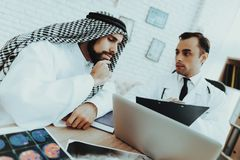 Doktor Consulting Arabic Man som besöker sjukhuset arkivfoton