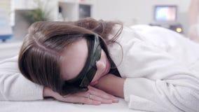 Doktor Cosmetologist macht das Verfahren einen junges M?dchen Brunette Laserepilation und -Cosmetology Haarabbau auf Damen stock footage