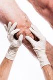 Doktor in den medizinischen Handschuhen überprüft eine Person mit Krampfadern O Lizenzfreie Stockfotografie