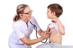 Doktor, der ärztliche Untersuchung ein Kind antut Stockfotografie