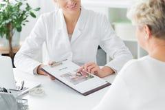 Doktor, der über Diätplan spricht lizenzfreie stockbilder