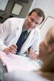 Doktor in der Abfrage mit weiblichem Patienten Stockbilder