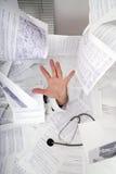 Doktor, der assitance benötigt lizenzfreie stockbilder
