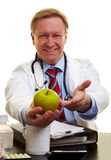 Doktor, der auf einen Apfel zeigt Stockfoto