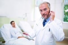 Doktor, der auf Handy spricht stockfoto