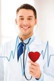 Doktor, der auf Herzschlag hört Stockbild