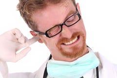 Doktor, der auf Ohr löscht stockfotos