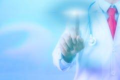 Doktor, der auf virtuellem Schirm mit copyspace sich berührt lizenzfreie stockbilder