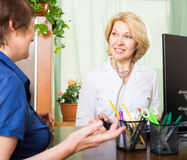 Doktor, der aufmerksam auf seinen Patienten hört Stockfotos