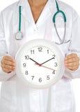Doktor, der Borduhr zeigt Stockbild