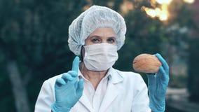 Doktor, der Brötchen hält stock video footage