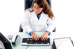 Doktor, der an Computer arbeitet Stockbilder