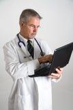 Doktor, der Computervertikale verwendet Lizenzfreie Stockbilder
