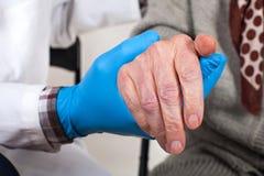 Doktor, der das Rütteln von Händen hält stockfoto