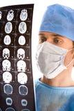 Doktor, der das Tomogramm überprüft Stockfotos