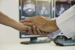 Doktor, der dem Patienten Sympathie gibt lizenzfreies stockbild