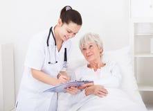 Doktor, der dem Patienten Verordnungen gibt Stockbilder